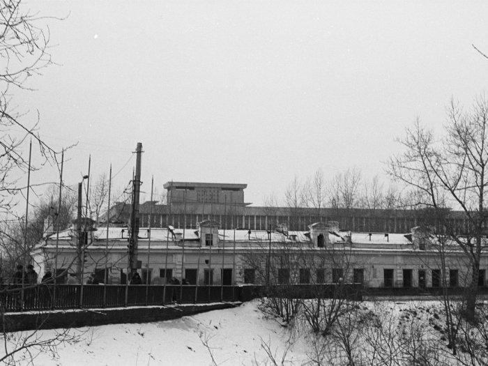 Торговые ряды перед будущим зданием Областной администрации. 1977 г. Автор снимка С. Г. Кукшенев