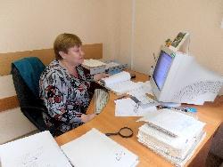 За работой архивист Любовь Ивановна Дегтярева