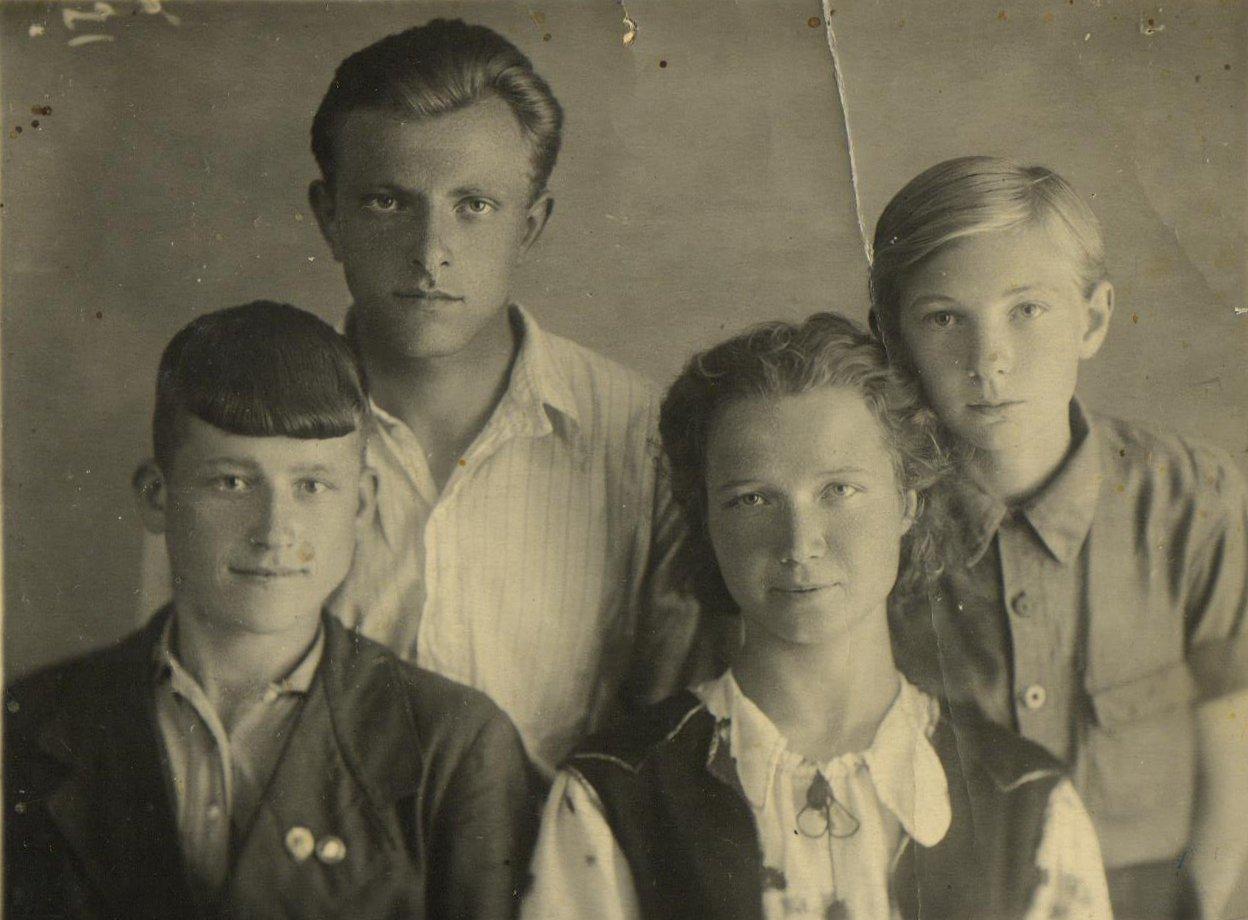 Валентин и Тамара с учениками.[1950 г.]. Фотография из личного фонда Цубровичей.