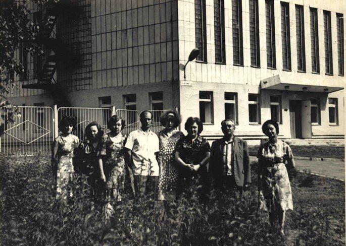 У нового здания на ул. Источной 2а: (слева направо) Т.А.Зайцева, Н.Чекурова, М.Ф.Свинократова, А. А.Фаненштиль, В.А.Демидова, А.А.Кострикина, М.И. Чугунов, А.П.Акаченок. Лето 1979г. // ЦДНИ ТО. - Ф. 5639. - Оп. 1. - Д. 393.
