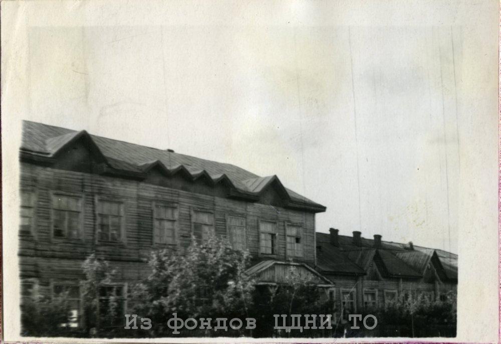 Первые построенные здания в п.  Мельниково после переноса райцентра из с. Шегарское. 1941 г. ЦДНИ ТО. Ф. 4204. Оп. 4. Д. 659. Л. 21.
