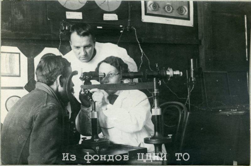 Осмотр ведет профессор, офтальмохирург Сватикова Александра Григорьевна. 1940-е гг. ЦДНИ ТО. Ф. 4204. Оп. 4. Д. 82.