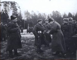 Командир 22-й стрелковой дивизии Морозов В. И. вручает награды личному составу за участие в боях за Ригу. НГА. Ф. 702. Оп. 1. Д. 53. Л. 25.