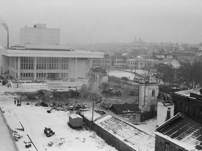 Снос бывшего здания Областного совета профсоюзов. 1977 г. Автор снимка С. Г. Кукшенев.