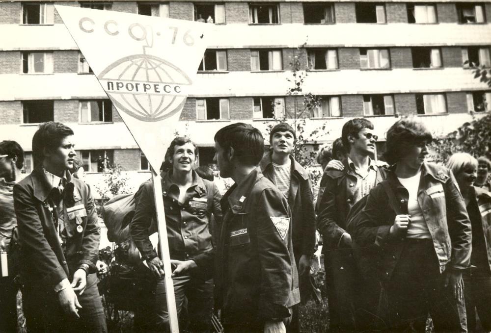 Сбор студенческого отряда 'Прогресс' на площади Южной. г.Томск. 1976 г. Фото предоставлено А. В. Литвиновым