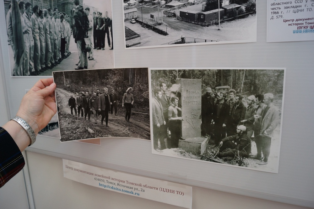 Две фотографии одного момента: Командиры и комиссары I-го Томского областного студенческого строительного отряда идут к памятному обелиску в честь закладки Стрежевого. Осень 1966 г.